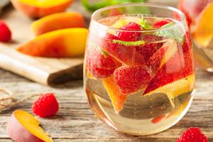 Bowle Rezept mit und ohne Alkohol: Beeren und Pfirsich