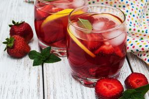 Bowle Rezept mit und ohne Alkohol: Erdbeere