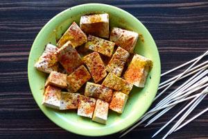 Fleischersatz: Tofu für einen feinen Geschmack würzig marinieren.