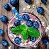 Kleines Frühstück: Frucht-Smoothie aus Heidelbeeren