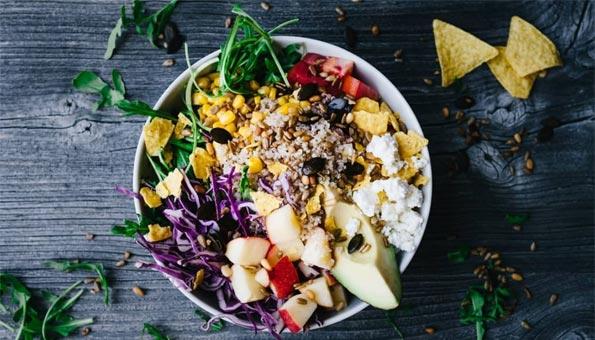 vegetarische und vegane Salate, Suppen und Sandwiches in der Gärtnerei essen