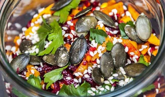 5 Gründe, warum Kürbiskerne in Müesli und Salat gehören