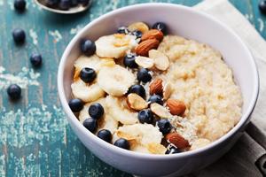 Mandelmilch selber machen: Rezepte und Tipps: Porridge mit Mandelmilch
