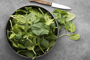 Salat wie Rucola aber auch Spinat weisen häufig Pestizide auf