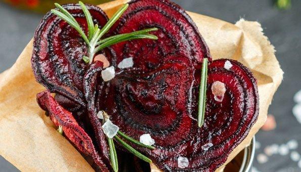 Abwechslung in den Geschmack von Randenchips bringen beispielsweise Kräuter wie Rosmarin.