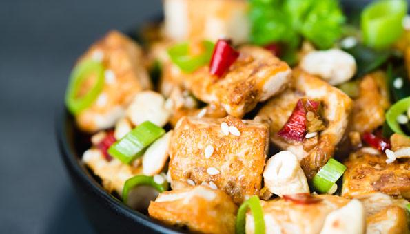 Tofu richtig zubereiten: Mit Marinade knusprig anbraten