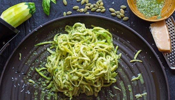 Zucchini Nudeln mit Parmesan sind einfach und lecker