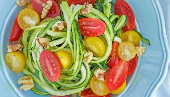 Im Salat sind Zoodles eine leichte Zutat