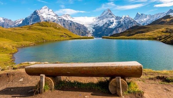 Badeseen Schweiz: Schwimmen mit Blick auf Eiger, Mönch und Jungfrau im Bachalpsee