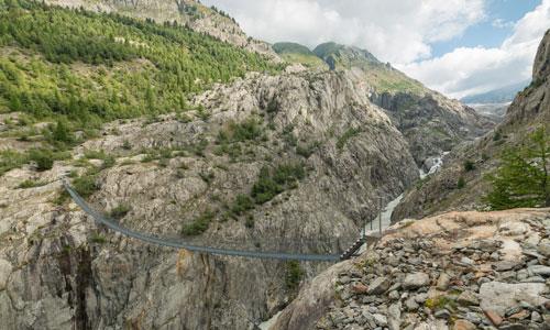 Die Belalp-Riederalp-Brücke bei Blatten (Naders) bietet den Blick auf den einmaligen Aletschgletscher
