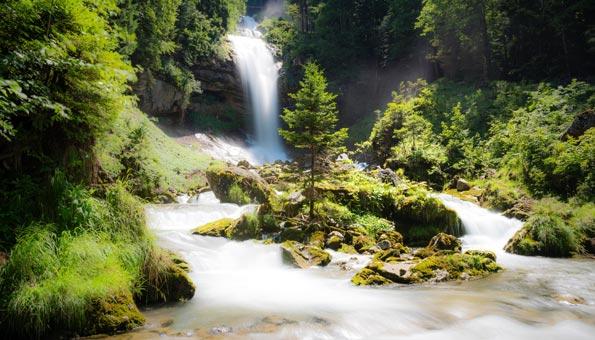 Giessbachfälle: Wandern bei den Wasserfällen am Brienzersee bei der Axalp