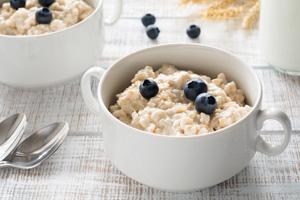 Porridge ist leichtverdaulich und kann bei Übelkeit trotzdem gegessen werden