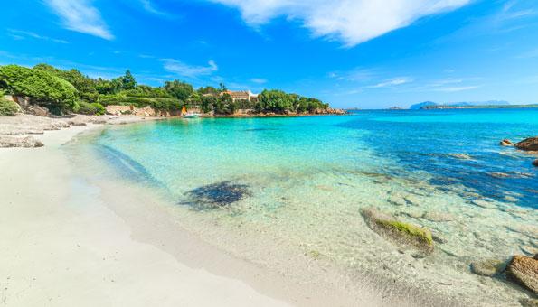 die italienische Insel Sardinien bietet mit der Costa Smeralda einige der schönsten Strände Europas