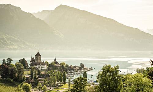 Seen Schweiz: Thunersee mit Schloss Spiez