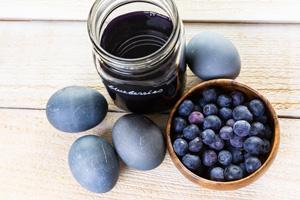 Eier färben mit Blaubeeren