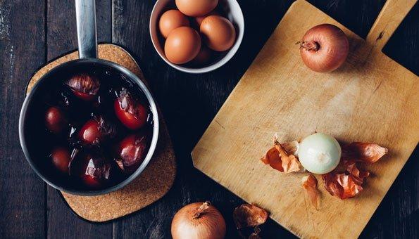 Eier färben mit Zwiebelschalen im kochenden Wasser