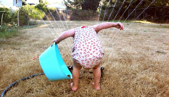 Zur Abkühlung gegen Hitze im Sommer einfach ins Wasser springen.