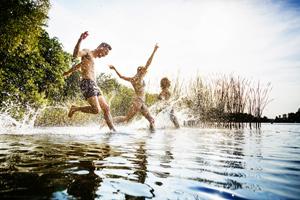 Sonnencreme gelangt beim Baden ins Wasser