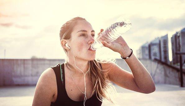 Wie viel Wasser sollten Sie am Tag wirklich trinken?