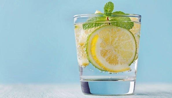 Bei Sport ruhig ein Glas mehr trinken, gerne auch mit erfrischender Zitrone