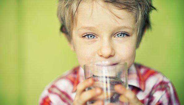 Kinder sollten auch schon vor dem Durst etwas zu trinken bekommen.