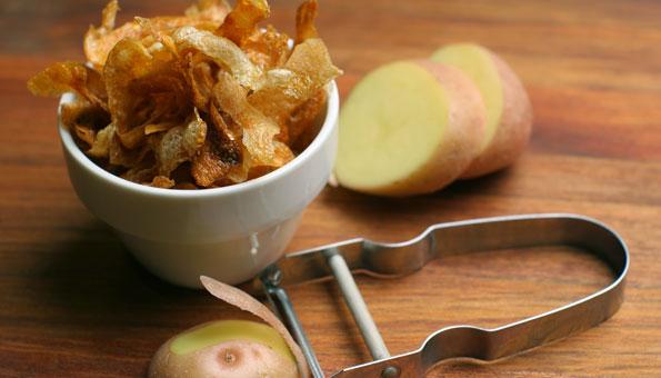 9 geniale Lifehacks im Alltag: Chips aus Kartoffelschalen machen