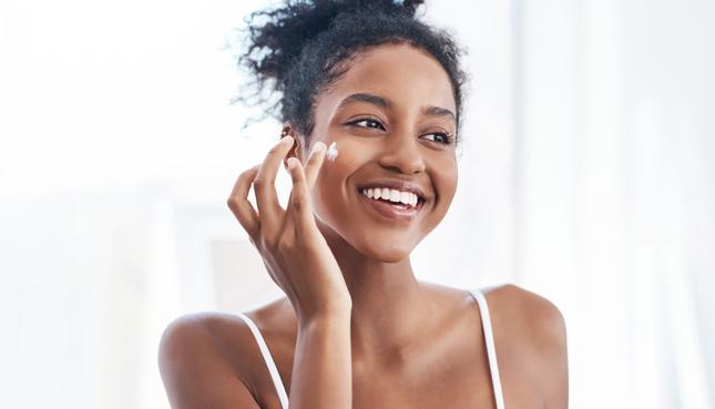 Mit der richtigen Gesichtspflege zu samtweicher Haut
