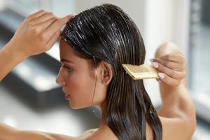 Haarkuren mit einem Kamm auftragen