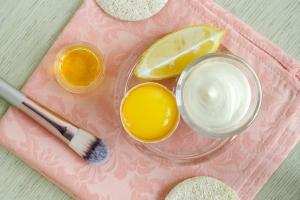 Joghurt-Ei-Haarkur für neuen Glanz