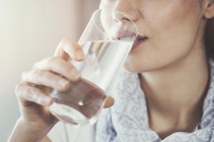 Wasser trinken gegen trockene Lippen