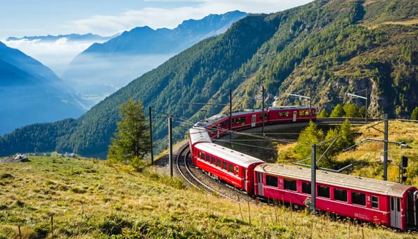 Ein Zug der Rhätischen Bahn im Kanton Graubünden.