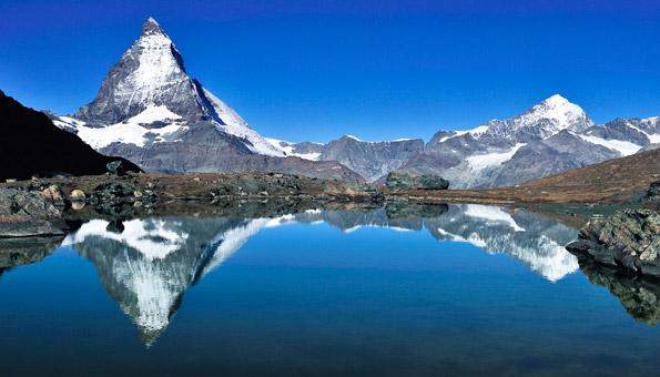 Das Matterhorn und benachbarte Berggipfel.