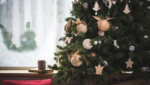 Weihnachstbaum, geschmückt mit Deko aus natürlichen Materialien.