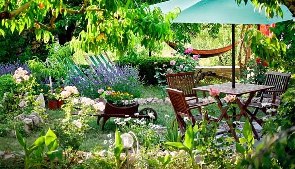 Garten gestalten mit Teakmöbel, Pflanzen, Blumen, Liegestühlen