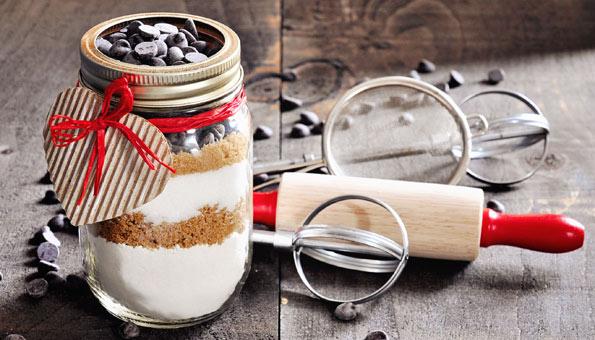 Glas mit Guetzlimischung als Geschenk aus der Küche plus Backutensilien