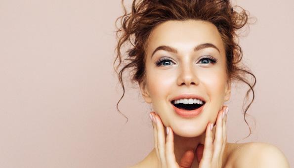 Frau hat schönes Gesicht dank der richtigen Gesichtspflege