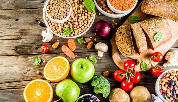 Früchte, Hülsenfrüchte, Gemüse, Kartoffeln, Tomaten, Äpfel, Orangenhälften, Pilze, Kichererbsen, Nüsse