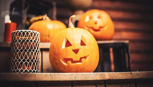 Geschnitzte Kürbisse als Deko für Halloween