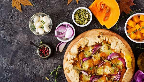 Gericht mit Herbstgemüse auf einem Tisch.