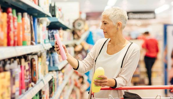 Frau kauft Kosmetik in Geschäft