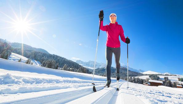 Langlauf auf Loipen in der Schweiz im Winter