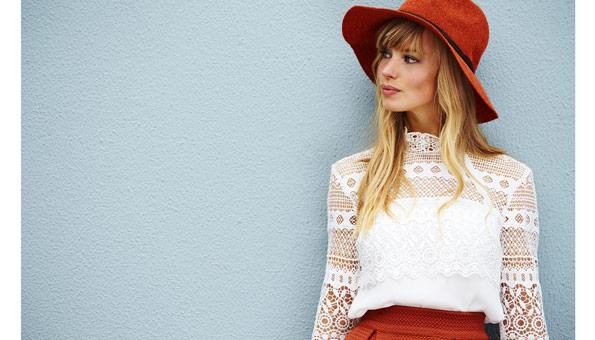 Frau trägt nachhaltige Mode