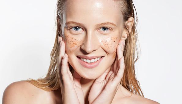 Die Haut mit einem Peeling reinigen und verwöhnen