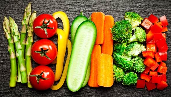Kleingeschnittenes Rohkost-Gemüse auf einem Tisch