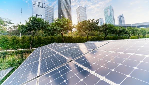 Solaranlagen stehen für Solarenergie und Sloartechnik