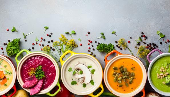 5 fertige Suppen in kleinen Schalen angeordnet.