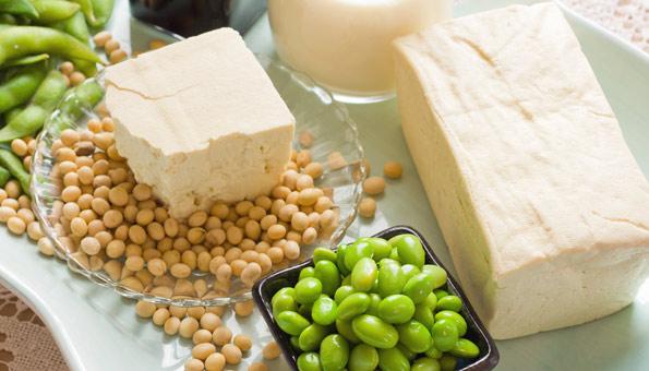 Tofu als Block, Sojabohnen und Edamame auf einem Teller