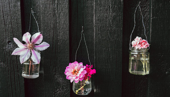 Blumen in Upcycling-Vasen.