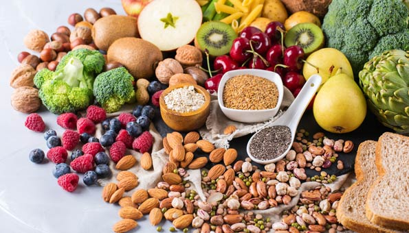 Alles für die vegane Ernährung: Obst, Gemüse, Nüsse, Brot, Getreide, Hülsenfrüchte und Teigwaren.