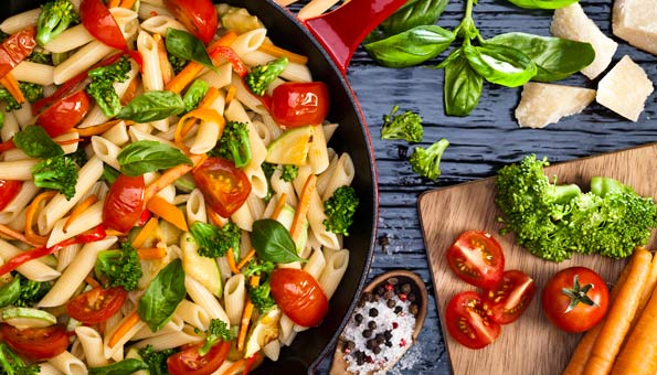 Pasta mit Tomaten, Broccoli, Karotten, Basilikum und Parmesan